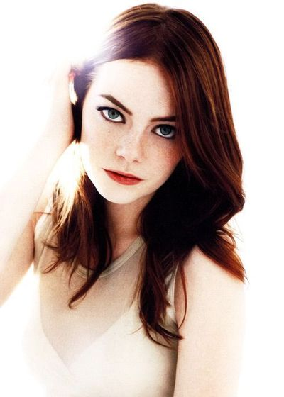 Emma Stone with dark red hair - Color & cut / hair tips - Juxtapost
