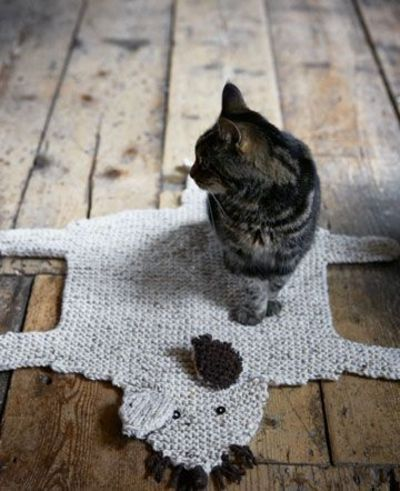 Mouse rug for the kitty - you have to make your feline friend one! Inspiration