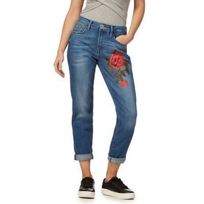 Great for introducing distinctive style to a weekend collection, these cropped jeans from Red Herring are perfect for teaming with a tee and low top trainers for off-duty appeal. With a mid wash finish and designed in a comfortable looser fit, this chic p...