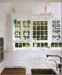 Beautiful all-white kitchen with glass WINDOW cabinets. Tot gorge.