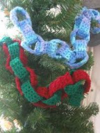 This seasonal crochet linked garland is a bit old fashioned and brings a vintage touch to your Christmas tree. This free easy crochet pattern is a timeless addi