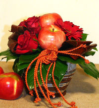 This nice little gift basket of 3 red roses, real apples, reddish-orange minigerberákkal. Atmosphere only enhances the delicate scent of apples and red roses.A small wicker basket, water tûzõhabban are the flowers remain beautiful so long.The heigh...