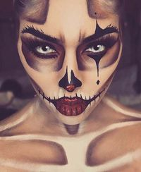 11. Fall Skeleton Makeup Next, we have a skeleton that has been inspired by the fall. The skull design features orange tones and it is finished off with an autu