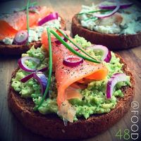 Whole wheat round toast with half mashed avocado, smoked salmon, red onion, fresh chives and black pepper |
