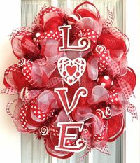 Love this Valentine wreath ! - Click image to find more Holidays & Events Pinterest pins