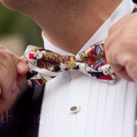 Mickey Mouse inspired bow tie for a Disney Groom lo quierooooo!!
