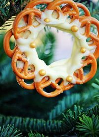 chocolate pretzel wreath for Christmas with step-by-step instructions