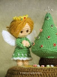 THIS is ADORABLE! Miniature Christmas tree and angel -FREE crochet pattern