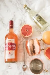 Put a fruity summer twist on the classic Moscow mule with this grapefruit Moscow mule recipe! Visit for hundreds of cocktail recipes, party ideas and more!