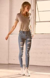 Perfect way to wear your blue ripped skinny jeans