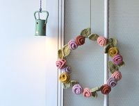 Couronne de printemps/Spring Wreath. Free pattern in French by L'encre violette