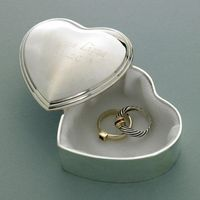 On the vanity, dressing table, or nightstand, this silver plated box is the perfect place to keep precious mementos.